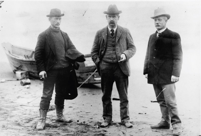Wyatt Earp (middle) and John Clum (right) in 1900