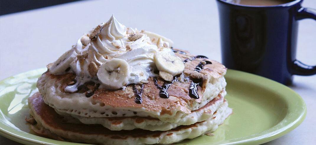 https://www.phoenixmag.com/wp-content/uploads/2017/09/Banana-chocolate-crunch-pancakes-1070x491.jpg