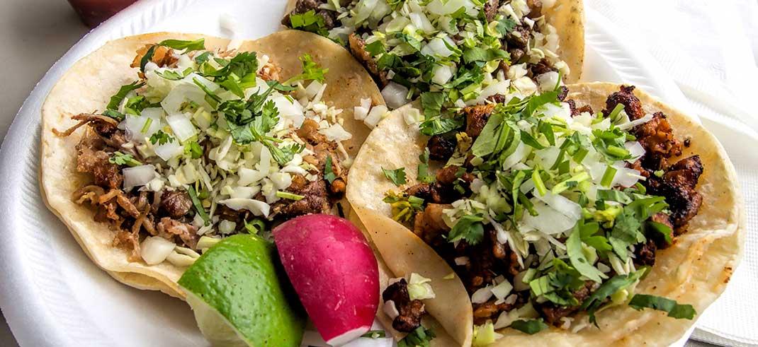 https://www.phoenixmag.com/wp-content/uploads/2018/10/001_Tacos_de_carnitas_carne_asada_y_al_pastor.jpg