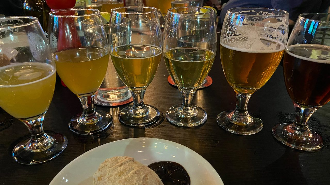 https://www.phoenixmag.com/wp-content/uploads/2021/08/lineup-of-beers-at-taphouse-kitchen-1280x720.jpg